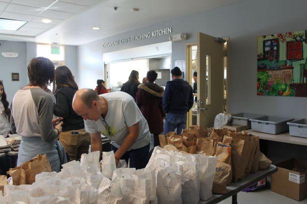 Tad Bishop käy usein auttamassa kodittomien tukikeskuksessa. Hän asetteli pöytään kotiin vietävän voileipäaterian. Niitä menee yli sata joka päivä.