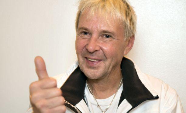 Matti Nykänen hyppäsi Lahden urheilukoulussa vuonna 1984 lattialta tasajalkaa yläpunkkaan.