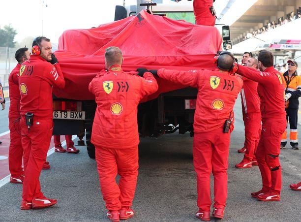 Sebastian Vettelin Ferrari tuotiin lava-auton kyydissä takaisin varikolle.