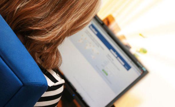 Hollolassa asuvan naisen epäillään tehtailleen erilaisia rahankeräyksiä Facebookissa vuonna 2015. Kuvituskuva.