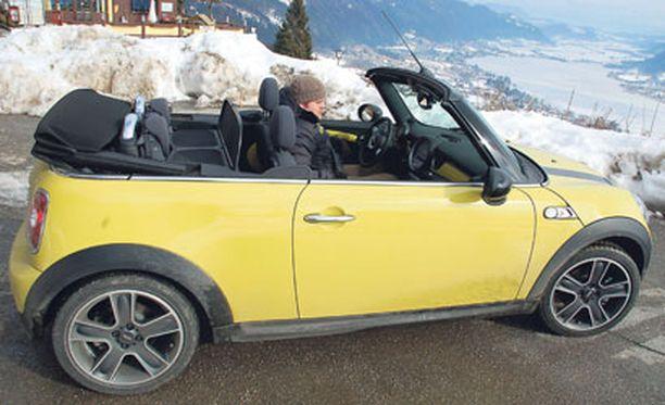 Itävallan talviset maisemat olivat ensi tuntumalta outo valinta cabrioletin esittelypaikaksi, mutta autossa tarkeni yllättävän hyvin.