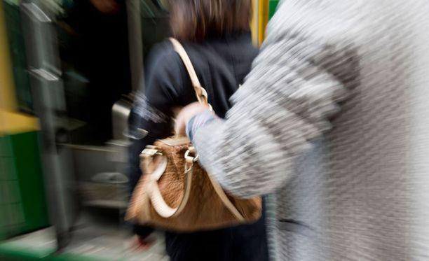 Taskuvarkaat voivat iskeä, kun matkustajat nousevat raitiovaunuun. Kuvituskuva.