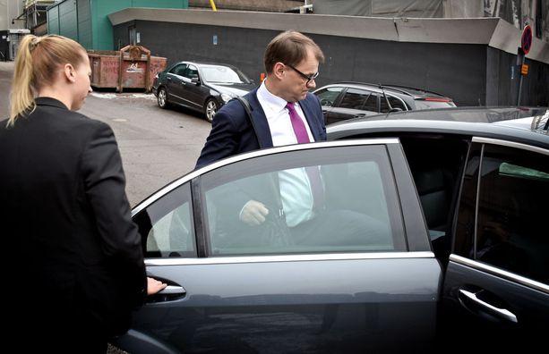 Pääministeri Juha Sipilä lausui keskiviikkona medialle yhteensä 17 sanaa ja poistui sitten vauhdikkaasti kävellen eduskunnan ulkopuolella odottaneeseen ministeriautoonsa.