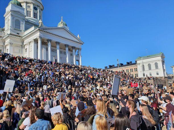 Ihmisiä kokoontui Helsingin Tuomiokirkolle yli tämänhetkisten kokoontumisrajoitusten.