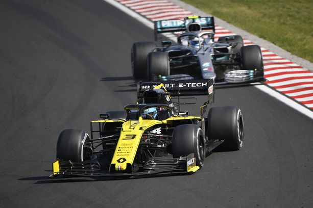 Valtteri Bottas käytti luvattoman paljon aikaa Daniel Ricciardon Renault'n takana.