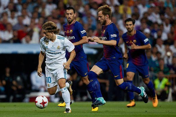 Maajoukkuekaverit Modric ja Ivan Rakitic pelaavat arkkivihollisissa Real Madridissa ja Barcelonassa.