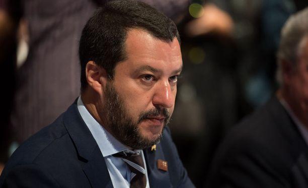 Italian sisäministeri Matteo Salvini vaatii anteeksipyyntöä rasismisyytöksistä.