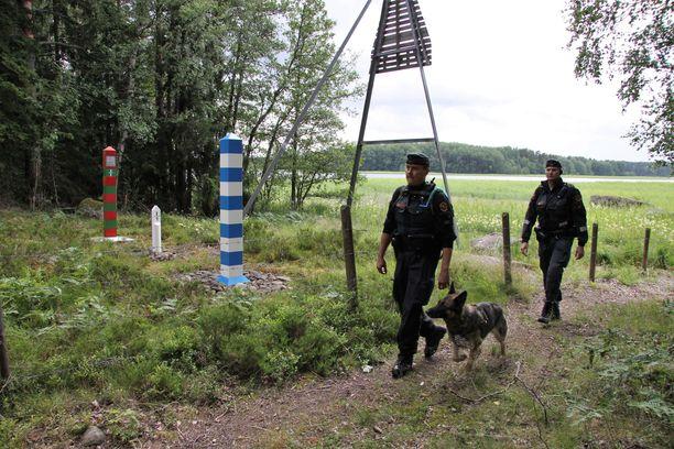 Perinteinen rajavartiolaitoksen koirapartio. Arkistokuva.