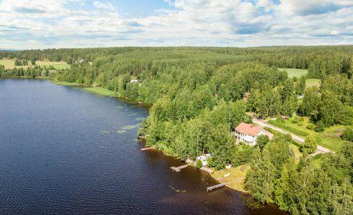 Näin komeissa maisemissa Riitta Korpelan talo sijaitsee.