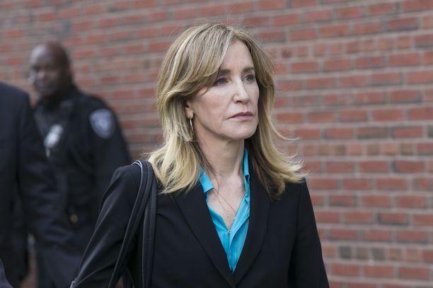 Felicity Huffman tuimana oikeustalovierailun jälkeen.