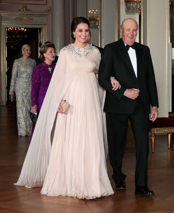 Herttuatar päätyi kuninkaan käsipuoleen.