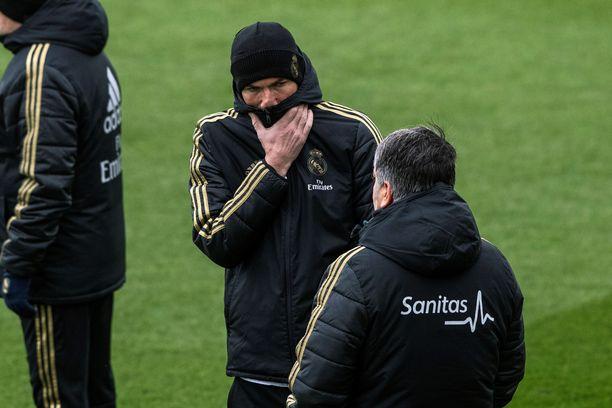 Real Madridin päävalmentaja Zinedine Zidane tuskaili Salamancan koleassa säässä.