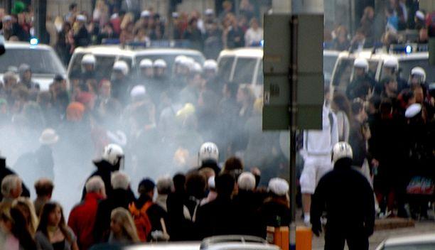Tunnelma oli marssilla tiivis. Levottomuuksia oli lähinnä alkumatkasta, kun jotkin mielenosoittajista heittelivät tyhjillä pulloilla poliiseja.