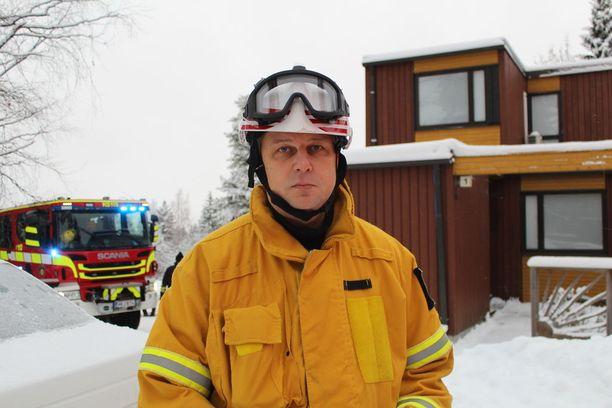 Rivitalon päätyhuoneistossa oli tulipalo Jyväskylän Mesikämmenen asuntoalueella maanataiaamuna. Kuvasa palomestari Sami Sauvola.