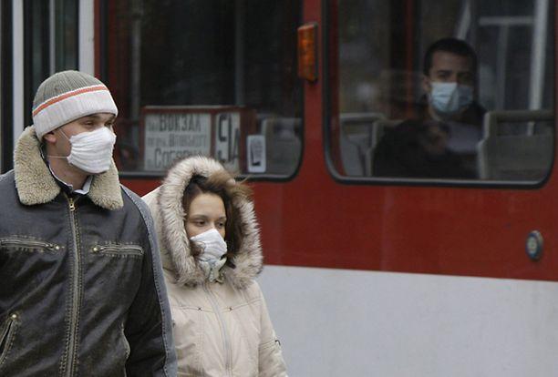 Pariskunta käytti hengityssuojaimia Länsi-Ukrainan Lvivissa tiistaina.