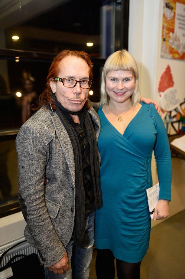 - En vielä tiedä, olenko otettu tästä kunniasta, vai en, Stars ShowŽn mainoslehtisessä komeileva kolumnisti Mattiesko Hytönen myhäili vierellään naisystävänsä Heidi Strömmer.