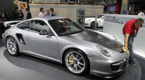 Ainakin neljä asiakkaille tarkoitettua Porsche 911 GT2 RS -autoa upposi laivan mukana.