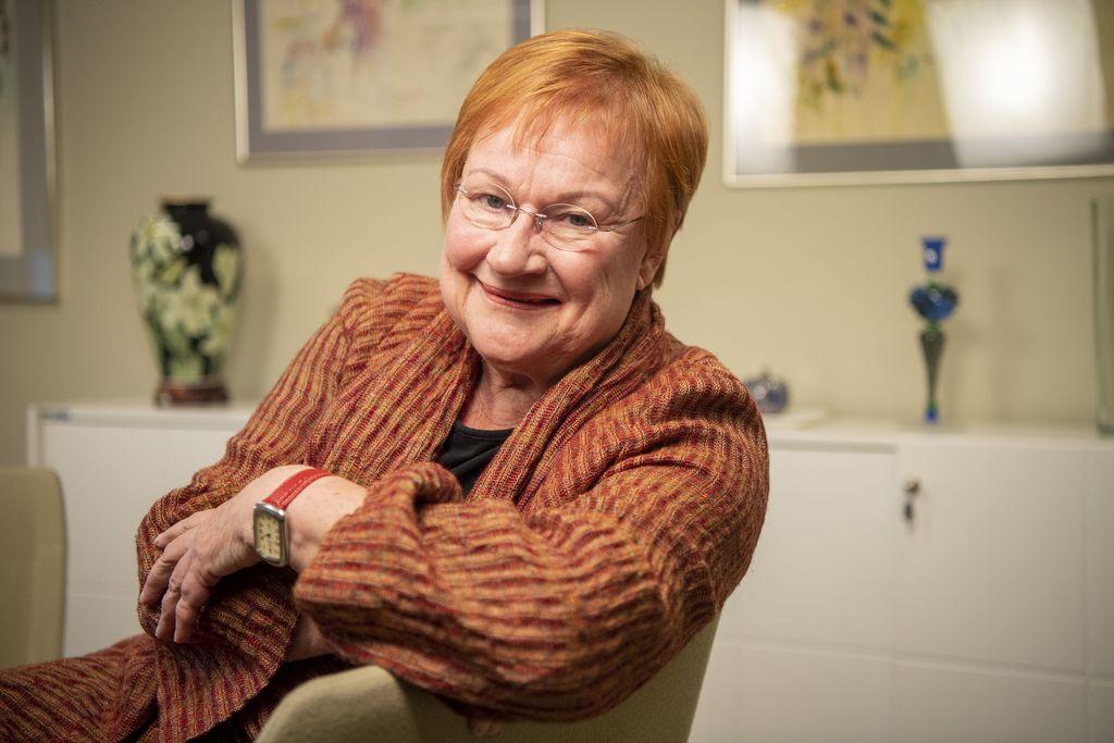 Presidentti Tarja Halonen kertoo, ettei hän heti ymmärtänyt, kuinka tärkeää etenkin tytöille ja naisille oli se, että Suomen 11. presidentti oli nainen.