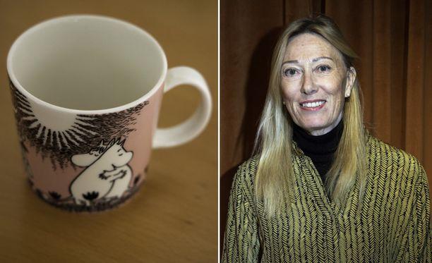 Myös Moomin Characters Oy Ltd:n taiteellinen johtaja Sophia Jansson paljastaa, että hänenkin kaapeistaan löytyy paljon muumimukeja.