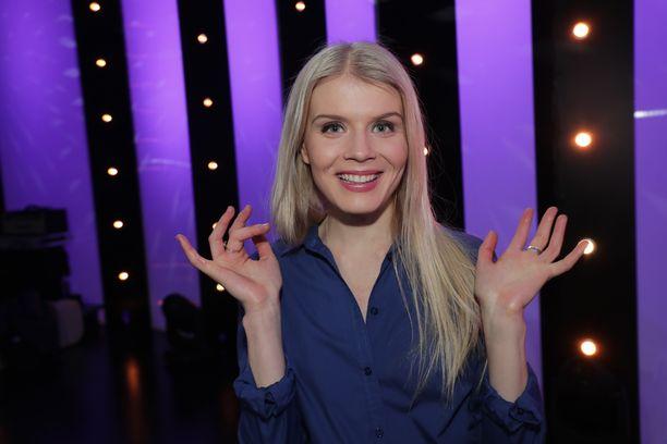 Alina Tomnikov on nähty esimerkiksi sarjoissa Hinnalla millä hyvänsä ja Nymfit.