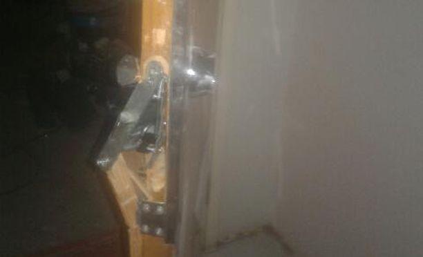 """Ovet oli väännetty auki """"ronksisti voimaa käyttämällä""""."""