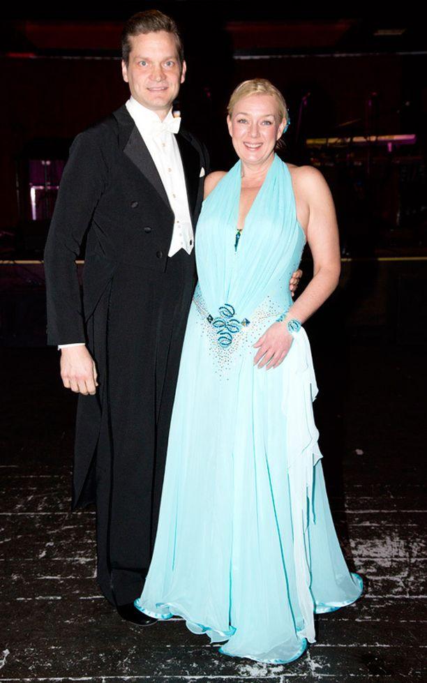 Näyttelijä Sari Siikander viettää joulua tyttärensä kanssa kotona Valkeakoskella. - Olen tanssinut säännöllisen epäsäännöllisesti näinä vuosina, tanssikisan finaalissa kahdeksan vuotta sitten parinsa Mikko Ahdin kanssa tanssinut Sari sanoi.