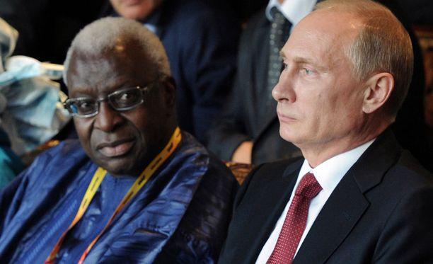 Lamine Diack ja Vladimir Putin valmistelivat ennen Moskovan MM-kisoja dopingin käyttöä peittelevää sopimusta, kertoo uutistoimisto AP.