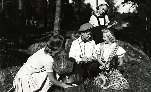 Kuva elokuvasta Suomisen Olli rakastuu vuodelta 1944.