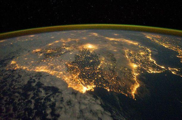 Espanjan ja Portugalin suurkaupunkien valot loistavat avaruuteen asti.