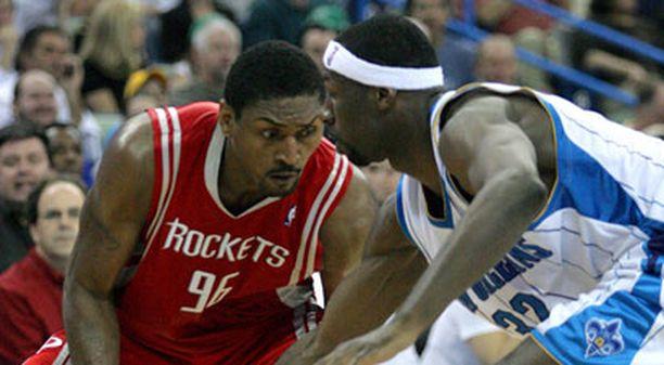 Houston Rocketsin Ron Artest (vas.) on kova karju.