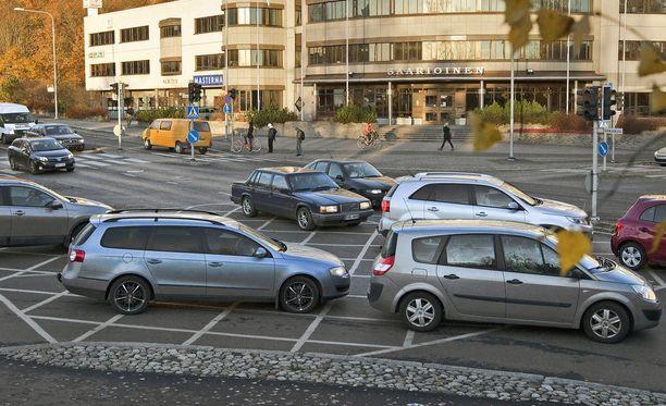 Liikennekäytössä olevista autoista suurin osa on harmaita.