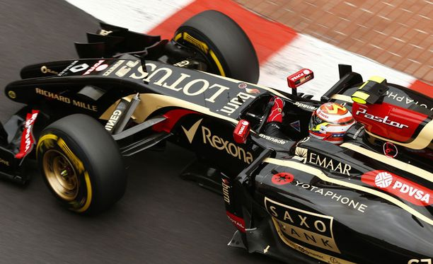 Lotus-tallin rekka hyppää F1-auton yli ja lentää yli 25 metriä.