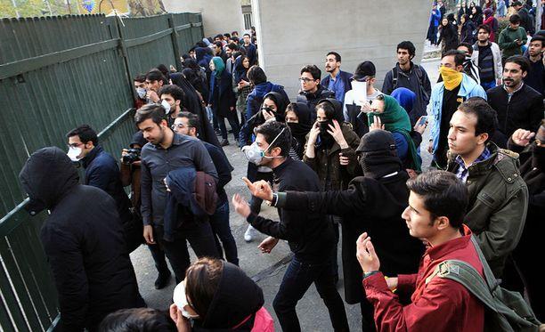 Euroopan unioni kehottaa Irania takaamaan kansalaistensa oikeuden mielenilmaukseen.