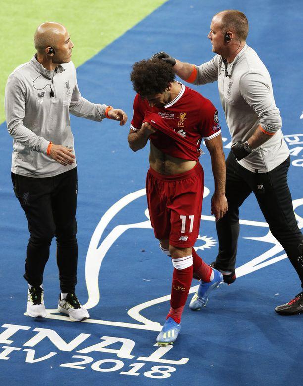 Salah poistui kentältä kyynelehtien.