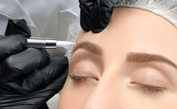 Microblading-käsittelyssä pigmenttiä laitetaan ihon pintakerrokseen eli epidermiksen ja dermiksen väliin. Käsittely kestää kulmissa noin kaksi vuotta. Kuvituskuva.