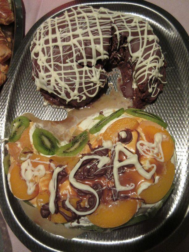 Tästä kakusta piti tulla symmetrinen, kaunis Yingin & Yangin muodostama kuvio. Toisessa puolikkaassa sulatettua tummaa suklaata ja toisessa kermaa.... Näin kertoo kuvan lähettänyt Nelli.