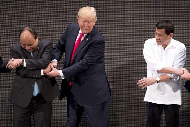 Trump päätti tarrata kaksin käsin kiinni Phucin kädestä.