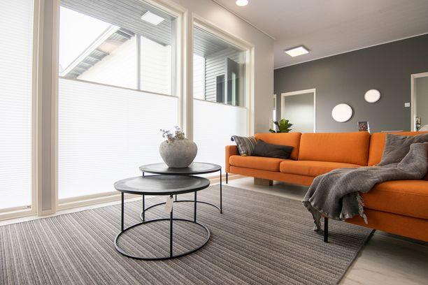 Visor kaihtimet tuovat näkösuojaa olohuoneen isoihin ikkunoihin Tuusulan asuntomessuilla kohteessa 39, Uusi unelma