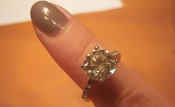 Tämä arvokas timanttisormus katosi asiakkaan asioidessa Tampereen Stockmannilla.