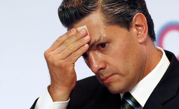Meksikon presidentti Enrique Pena Nieto pyyhki hikeä ilmastokokouksessa.