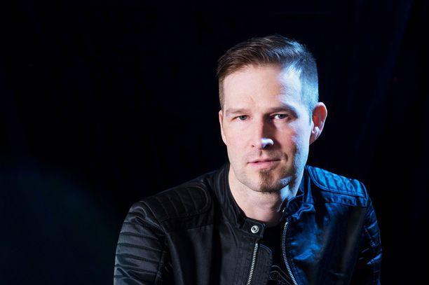 Darude on säveltänyt ja sanoittanut Release Me  -kappaleen yhdessä Jaakko Mannisen ja Brandyn Burnetten kanssa.