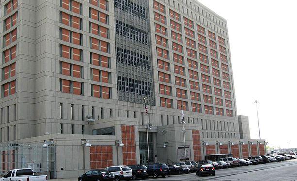 Perez työskenteli Metropolitan Detention Centerissä Brooklynissä New Yorkissa. Siellä pidetään vankeja, jotka ovat saaneet lyhyen tuomion tai odottavat oikeudenkäyntiä.