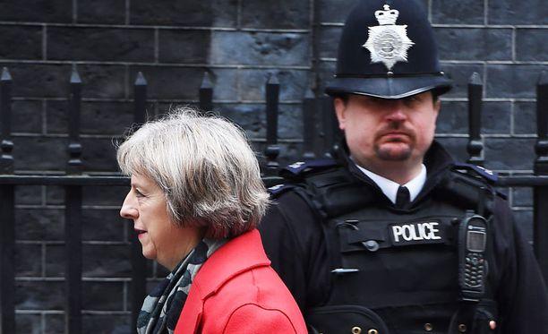 Ison-Britannian sisäministeri Theresa May 10 Downing Streetin ulkopuolella.