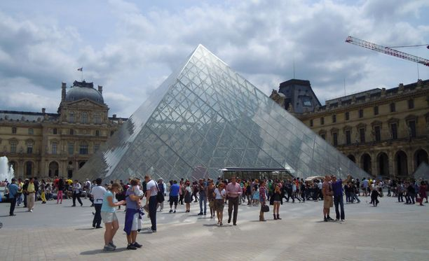 Louvren taidemuseo on Pariisin tunnetuimpia nähtävyyksiä.