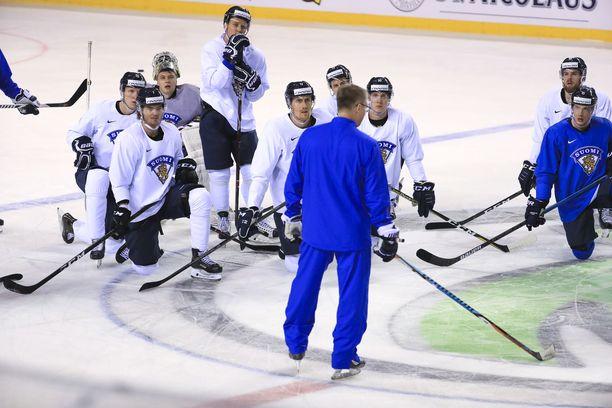Päävalmentaja Jukka Jalonen puhui joukkueelle sunnuntain aamutreeneissä.