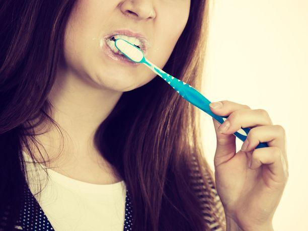 Hampaiden harjaukseen liittyviä tapoja ja tottumuksia kannattaa käydä läpi. Monella on niissä parantamisen varaa.