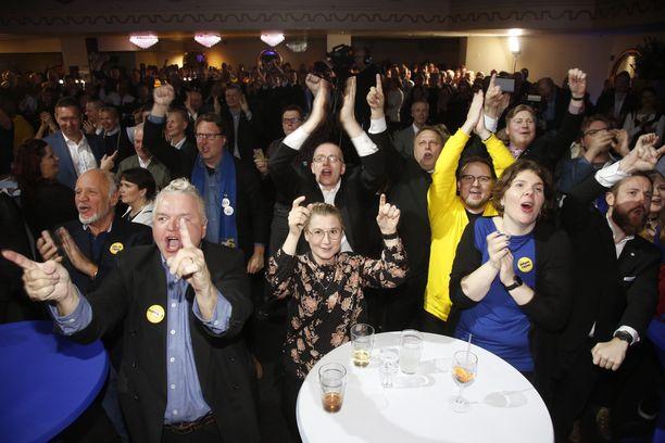 Perussuomalaisten vaalivalvojaisissa riemu repesi jo ennakkoäänten myötä.