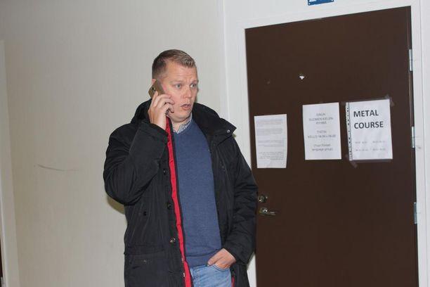Kauhavan vastaanottokeskuksen johtajalla Juha Mäki-Rajalalla on riittänyt keskusteltavaa turvapaikanhakijoiden kanssa.