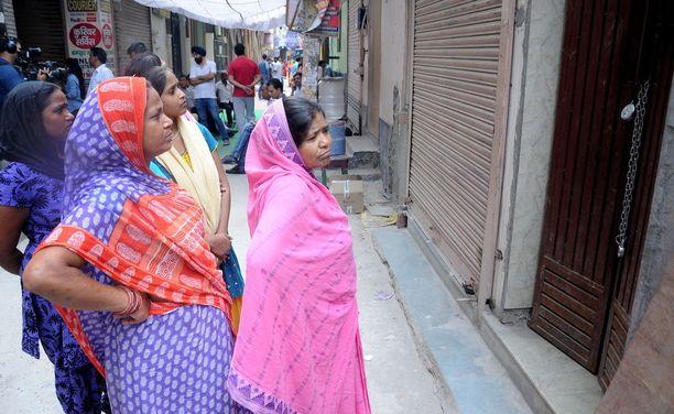 Intialaiset kerääntyivät sunnuntaina lähelle taloa, josta perheenjäsenet löydettiin kuolleina.