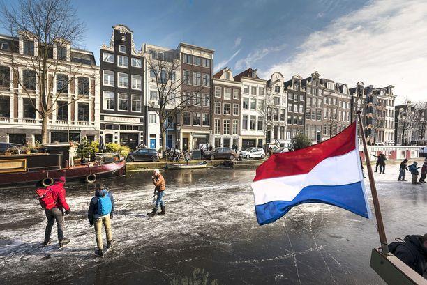 Amsterdamissa ihmiset ottivat ilon irti jäätyneistä kanavista.